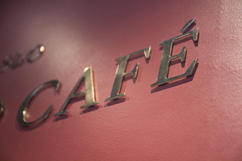 Grand Café messingskilt, utsmykning