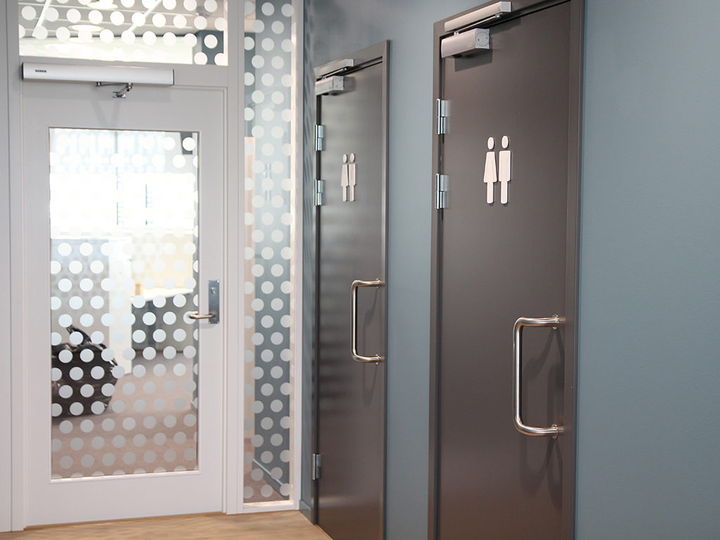 Vindusdekor og toalettskilter