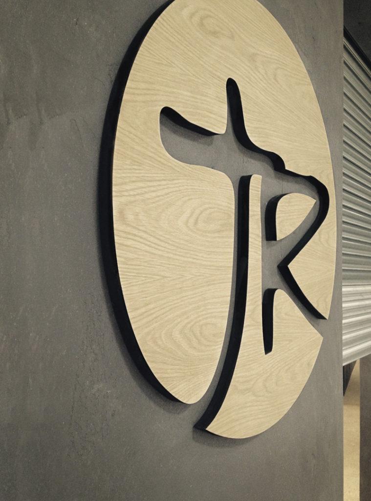 Utfrest logo i tre, skilt, veggdekor, treskilt