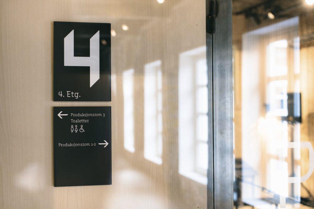 Informasjonskilt, toalettskilt Sentralen, etasjeskilt