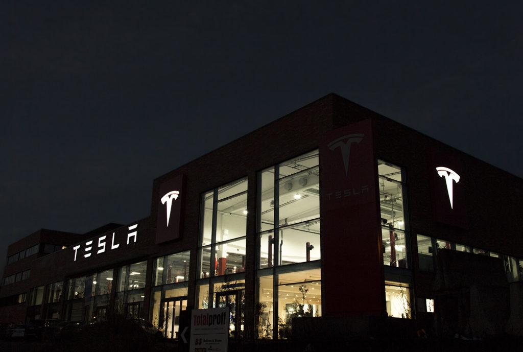 Fasadeskilt med lys Tesla, lysskilt, skilt, fasadeskilt, firmaskilt