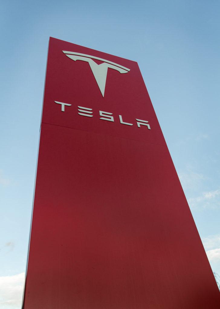 Stort uteskilt for Tesla. Pylon, stolpeskilt. Uteskilt.