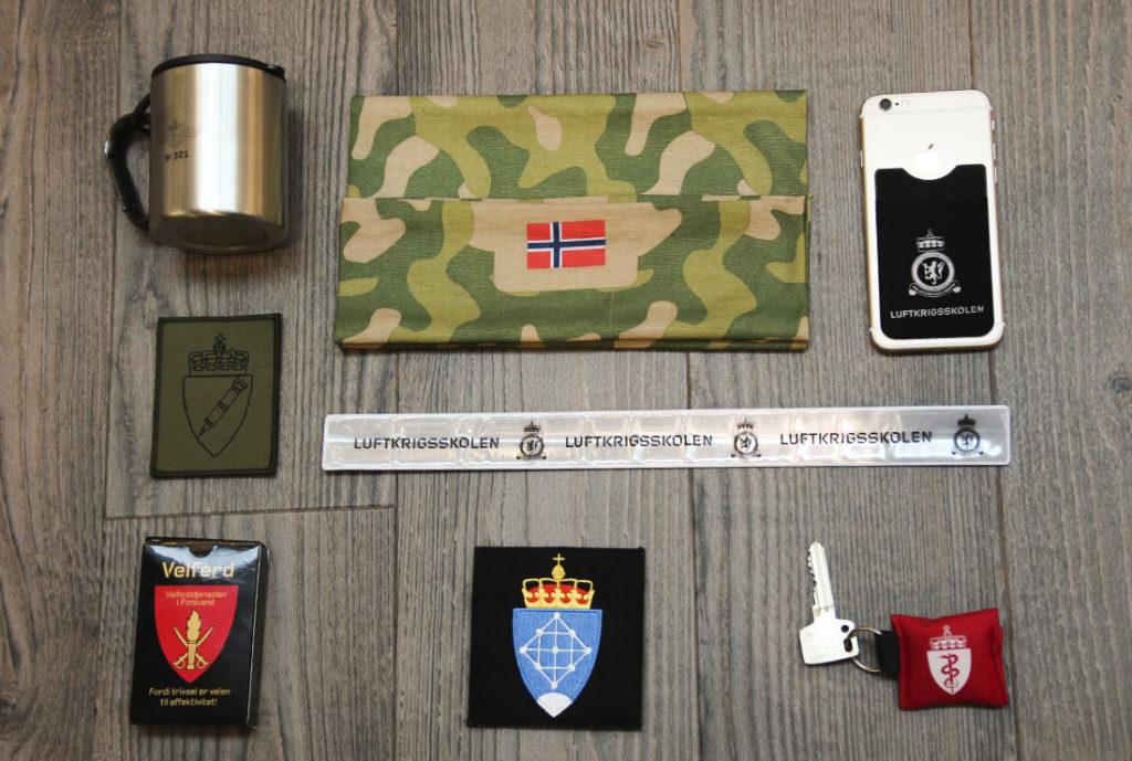 Reklameartikler til Forsvaret, refleks, slapwrap, krus, turkopp, vevd emblem, uniform, kortstokk