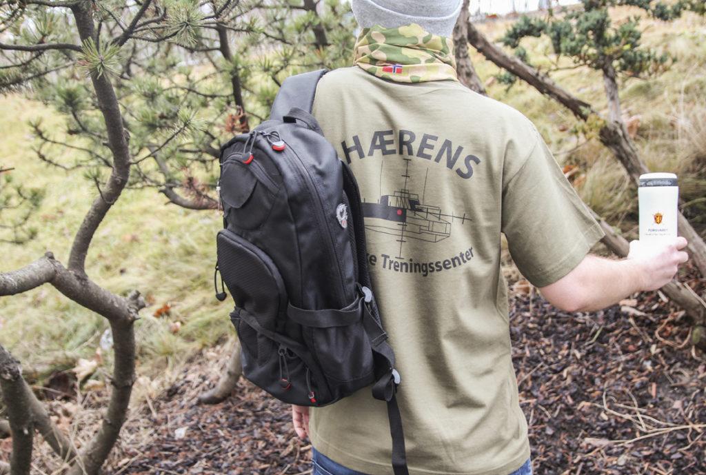 Reklameartikler til Forsvaret, sekk med logo, termokopp Lifeventure med logo, headnceker med logo, t-skjorte med trykk