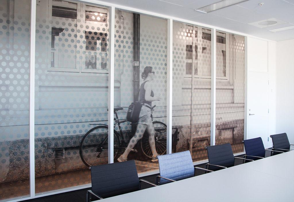 Vindusdekor og informasjonskilting Hasle Linje, frostet folie, fotoprint på folie