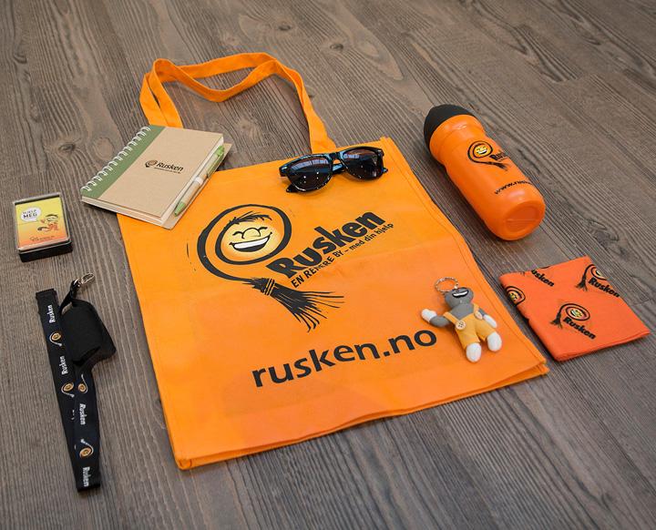 Profileringsartikler Rusken, notatbok med logo, drikkelaske, handlenett, nøkkelbånd, kortstokk, solbriller, hals, refleksfigur