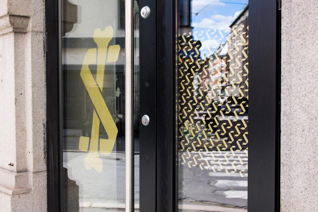 Vindusdekor, folie på vindu, logo, Sentralen, dekor av vindu