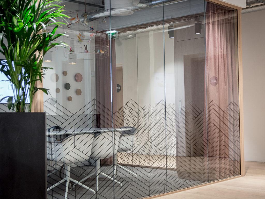 Spaces vindusdekor, dekor av kontorlandskap, folie på vindu, innendørs skilt, kontorskilt