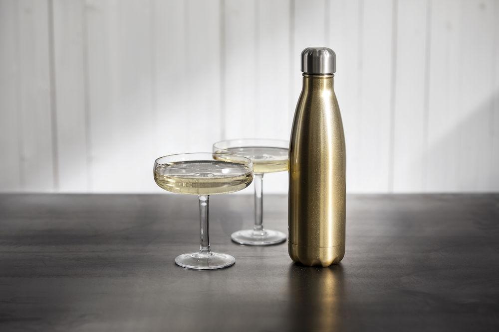 Drikkeflasker i metall med gravert firmalogo eller trykket firmalogo. Holder på varm og kald drikke.