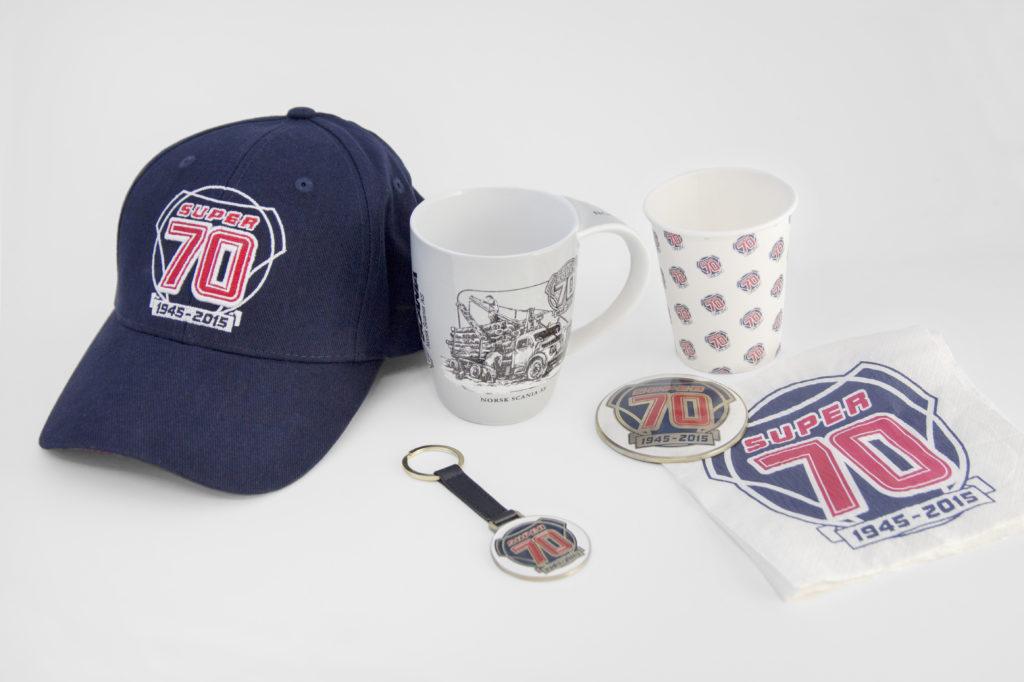 Spesialproduksjon av jubileumskolleksjon. Caps, krus, kaffekopp med logo, pappkrus med logo, pappkrus, engangskopp, nøkkelring, serviett med logo, kopp.