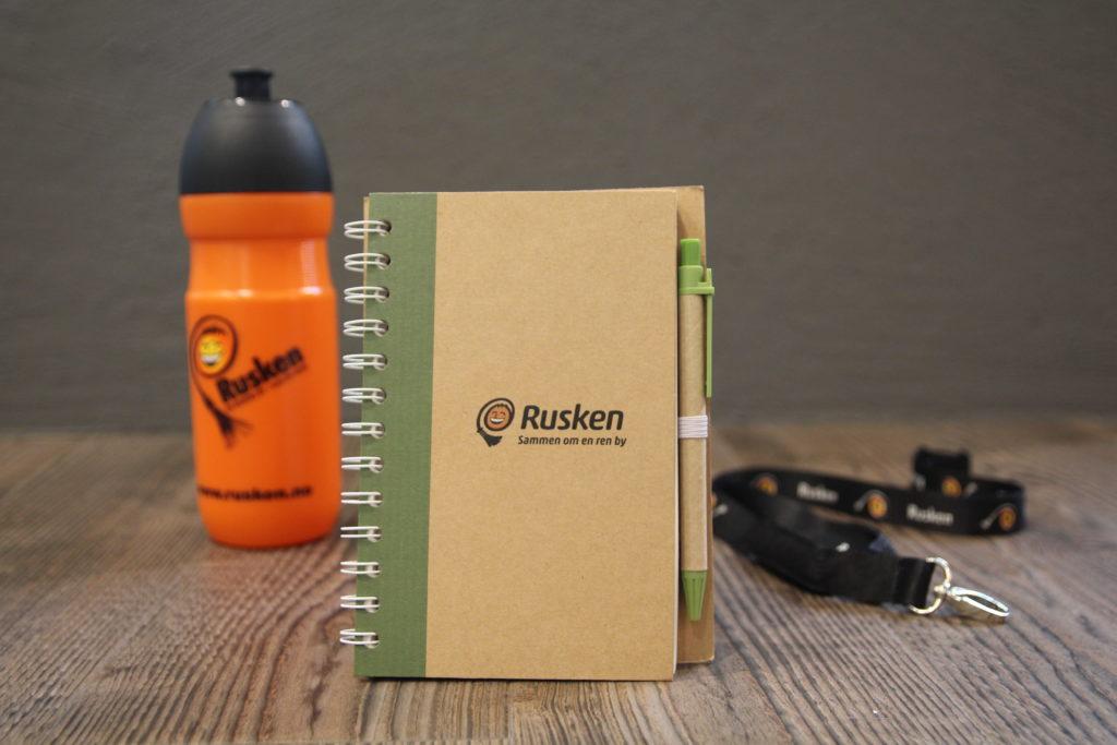Rusen spesialproduksjon. Miljøvennlig notatbok, drikkeflaske og nøkkelbånd