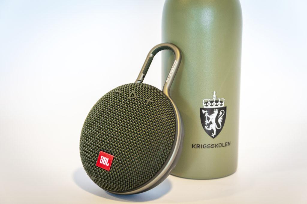 24 bottle med logo Krigsskolen, JBL høyttaler med logo, profilartikler med logo, firmagaver med logo