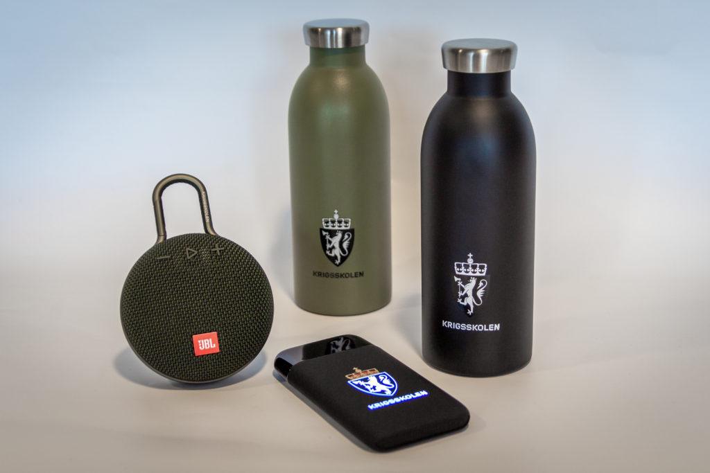 24 bottle med logo Krigsskolen, JBL høyttaler med logo, lysende powerbank med Krigsskolen logo