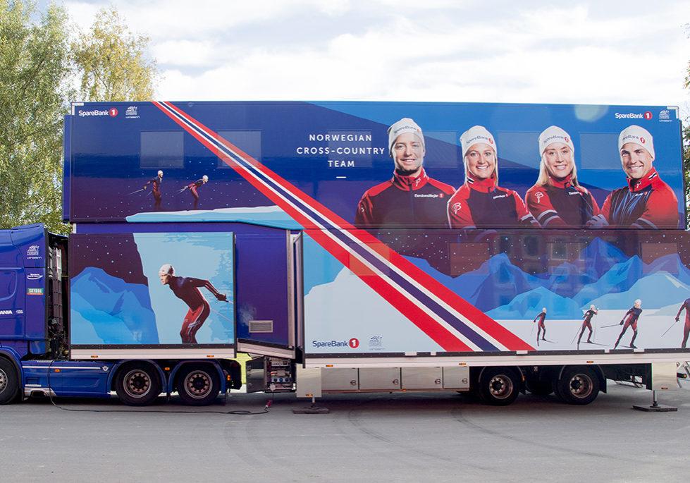 Smørehenger Skilandslaget, trailerdekor, bildekor, folie på bil, design av bildekor, bilfolie, logo på bil, firmabil, helfoliering av bil, foto på bil