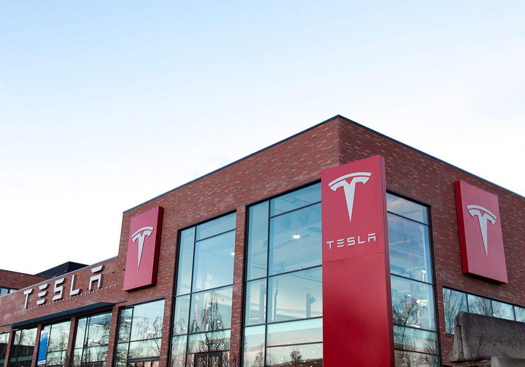 Tesla fasadeskilt, pylon, lysskilt. Store skilt. Skilt med og uten lys.