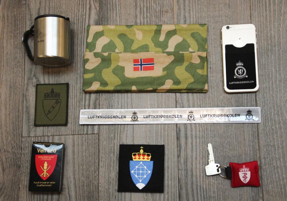 Reklameartikler til Forsvaret. Refleks, mobillomme, buff, bandana, headnecker, turkopp, og emblemer til uniform.